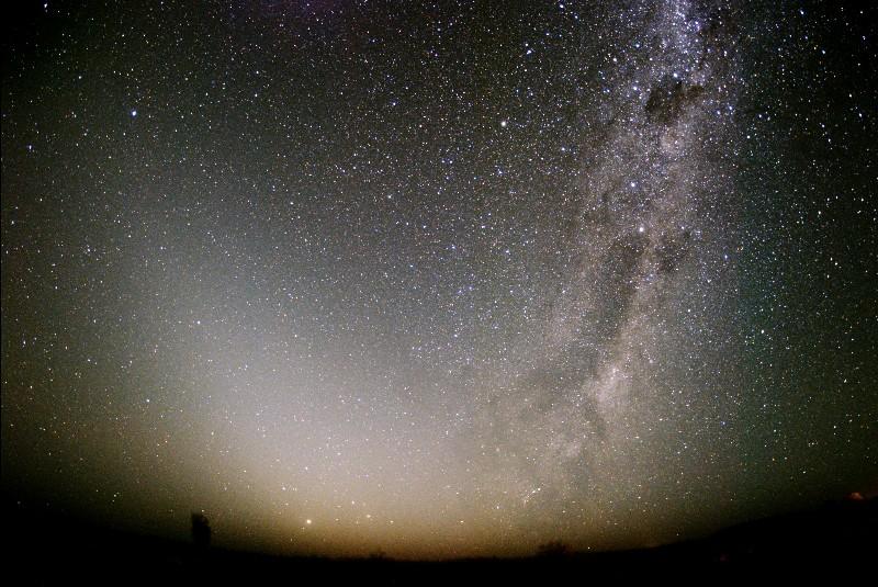 春の銀河とクロスする黄道光
